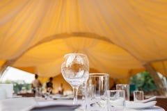 Het lege het restaurant van wijnglazen binnenlandse dienen, prachtig gediende wijnglazen royalty-vrije stock afbeeldingen