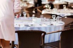 Het lege het restaurant van wijnglazen binnenlandse dienen, prachtig gediende wijnglazen stock foto