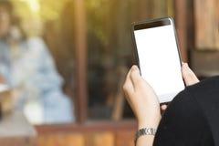 Het lege scherm mobiel op van de bedrijfs vrouwenhand concept Stock Foto