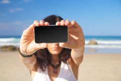Het lege scherm mobiel in vrouwenhanden royalty-vrije stock foto