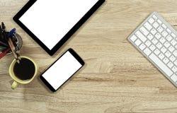 Het lege scherm smartphones en tabletpc op de houten Desktop royalty-vrije stock afbeeldingen