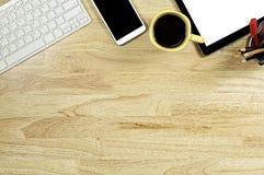 Het lege scherm smartphones en tabletpc op het houten Desktopverstand stock afbeelding