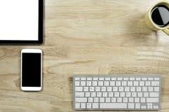 Het lege scherm smartphones en tabletpc op het houten Desktopverstand stock foto