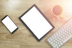 Het lege scherm smartphones en tabletpc op het houten Desktopverstand royalty-vrije stock afbeelding