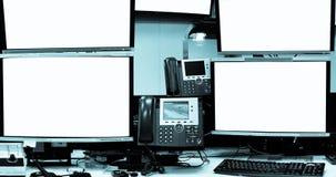 Het lege scherm van de servercomputer in modern binnenlands gegevenscentrum, ser stock afbeelding