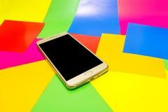Het lege scherm van telefoon met achtergrondkleur van lgbtvlag stock foto's