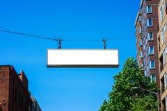 Het lege straatteken hangen over een weg royalty-vrije stock foto's