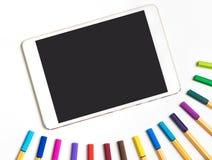 Het lege Tabletscherm voor Kunsttoepassing met kleurenpotloden stock foto
