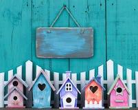 Het lege teken hangen over omheining en rij van vogelhuizen stock afbeelding