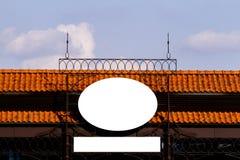 Het lege uithangbord op de muur openlucht, bespot omhoog Royalty-vrije Stock Afbeeldingen