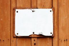Het lege uitstekende rustieke roestige gebarsten en grungy witte uithangbord in rechthoekige vorm doorstond onder de elementen royalty-vrije stock foto