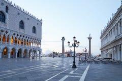 Het lege vierkant van San Marco, niemand in de vroege ochtend in Venetië stock afbeeldingen