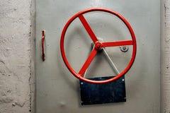 Het lege waarschuwingsbordplaat hangen op een hermetische schuilkelder gepantserde deur stock afbeeldingen