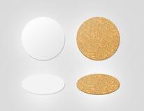 Het lege wit en cork geweven model van bieronderleggers voor glazen, het knippen weg stock afbeeldingen