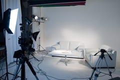 Het lege witte lightting en de driepoten van de fotostudio witte stock fotografie