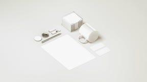 Het lege witte vastgestelde geïsoleerde model van de bureaukantoorbehoeften Royalty-vrije Stock Foto's