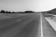 Het Lege Zwarte Witte Landschap van de wegweg Royalty-vrije Stock Fotografie