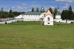 Het legendarische klooster van Rusland op het grote meer Stock Foto