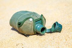 Het leger of de Militaire kantine op het zand in geen woestijn heeft water stock afbeelding