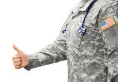 Het Leger van de V.S. arts die duim tonen stock afbeelding