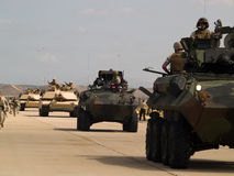 Het leger van de V.S. beweegt zich vooruit Stock Afbeeldingen
