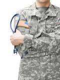 Het Leger van de V.S. de stethoscoop van de artsenholding naast zijn schouder stock fotografie