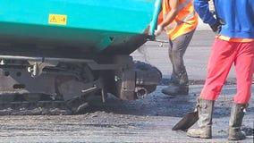 Het leggen van asfalt op een stadsstraat stock footage