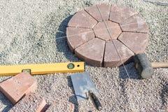 Het leggen van een pleistercirkel met waterpas en troffel stock foto