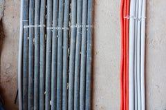 Het leggen van elektriciteitskabels, netwerken, het verwarmen Golflijnen op beton royalty-vrije stock afbeeldingen