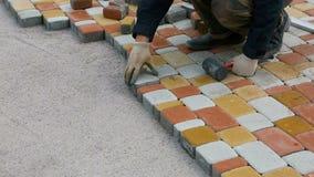 Het leggen van het Bedekken Plakken door mozaïekclose-up Weg het Bedekken, bouw stock footage