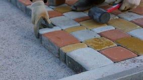 Het leggen van het Bedekken Plakken door mozaïekclose-up Weg het Bedekken, bouw stock videobeelden