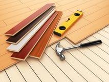 Het leggen van het concept van het hardhoutparket Hamer en niveau op de vloer Royalty-vrije Stock Fotografie