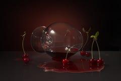 Het leggen van kersencognacglas Stock Foto's