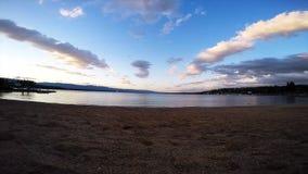 Het leiden van de wolken over het strand van Genève stock footage