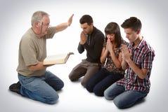 Het leiden van drie mensen tot Christus Stock Foto