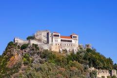 Het Leiria-Kasteel bovenop een heuvel met een mening over het gotische Vorstelijke Woonplaatsgebied wordt gebouwd (Pacos Novos di stock fotografie