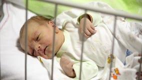 Het lelijke pasgeboren babyjongen liggen In de arena, in het ziekenhuis stock footage