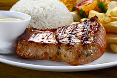Het lendestuk van het braadstukvarkensvlees op een maaltijd stock afbeeldingen
