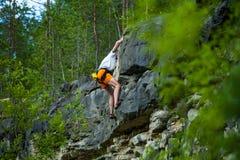 Het lenige beklimmen bovenop een berg met een veiligheid Stock Afbeeldingen
