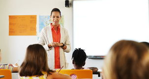 Het leraarsonderwijs in klaslokaal stock footage