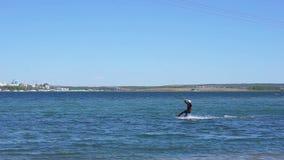Het leren aan kitesurf De zomer vakantie stock videobeelden
