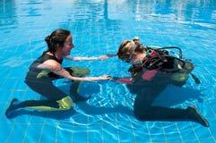 Het leren aan scuba-uitrusting duikt Stock Foto's
