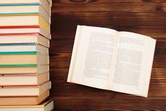 Het leren het concept met het openen boekt of handboek in oude bibliotheek, stapelstapels van het academische archief van de lite stock afbeeldingen