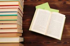 Het leren het concept met het openen boekt of handboek in oude bibliotheek, stapelstapels van het academische archief van de lite royalty-vrije stock afbeeldingen