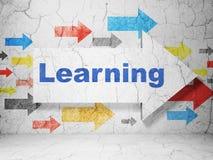 Het leren concept: pijl met het Leren op de achtergrond van de grungemuur Royalty-vrije Stock Fotografie