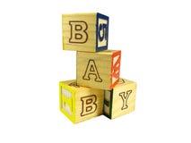 Het leren de blokken schikken in een piramide Stock Afbeeldingen