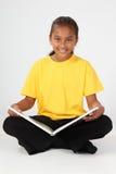 Het leren door voor jong schoolmeisje 10 in ye te lezen Stock Foto