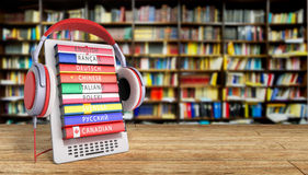 Het leren e -e-boock online 3d de talen geven in bibliotheeksucces k terug Royalty-vrije Stock Foto's