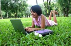 Het leren in het park stock foto's