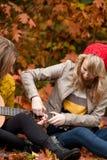 Het leren het spelen gitaar Royalty-vrije Stock Foto's